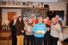 Siegerin des Knobelns Barbara Nottmeier(v.Mi.), Heinz Harting(re) sowie weitere Gewinner.