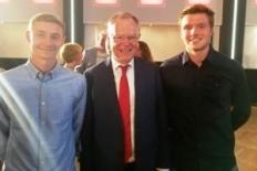 Ministerpräsident Weil umrahmt von den VfL-Fussballern Nico Landfester u. Jakob Kühn